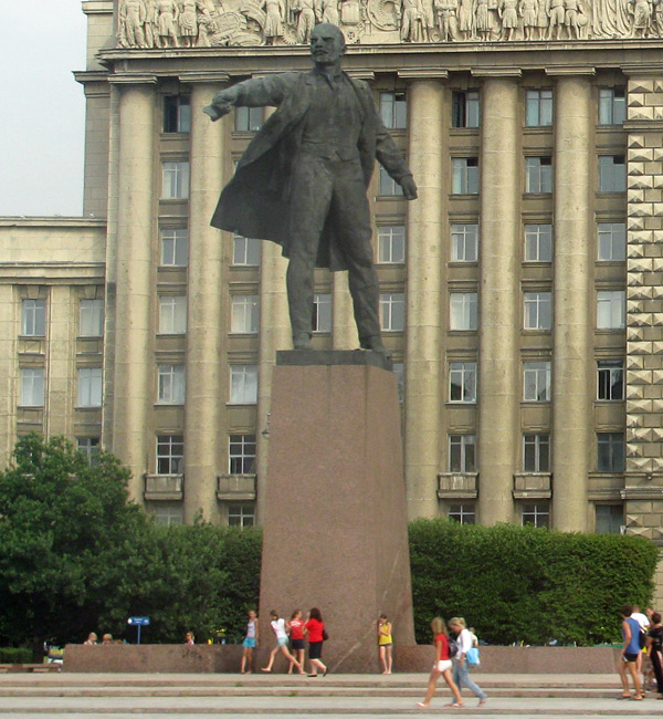 statue of lenin outside house of soviets in saint petersburg - aug 3, 2010