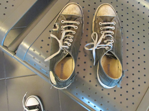 watt's worn out chucks ready for gomi can at katowice airport